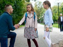 ... chwilę później dziewczynki zauważają, że ich koleżanka najwyraźniej ma kłopoty (fot. A. Grochowska)