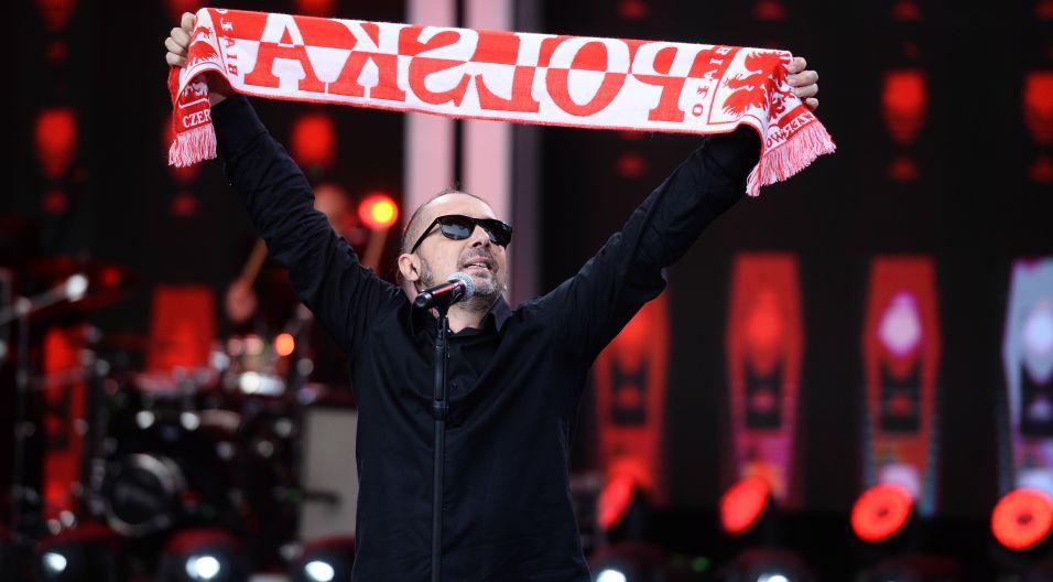 """Swoją """"Futbolówkę"""", którą specjalnie na opolski festiwal zespół zamienił na """"Mundialówkę"""", przypomnieli muzycy z Golden Life (fot. J. Bogacz/TVP)"""