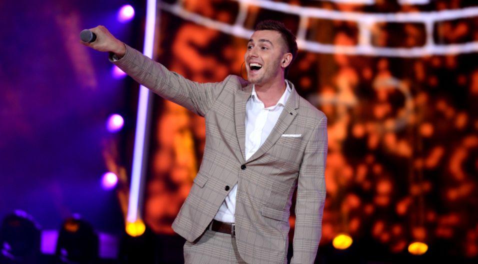"""Drugą część koncertu otworzył Kamil Bednarek swoją wersją piosenki Marka Grechuty """"Dni, których nie znamy"""" (fot. J. Bogacz/TVP)"""