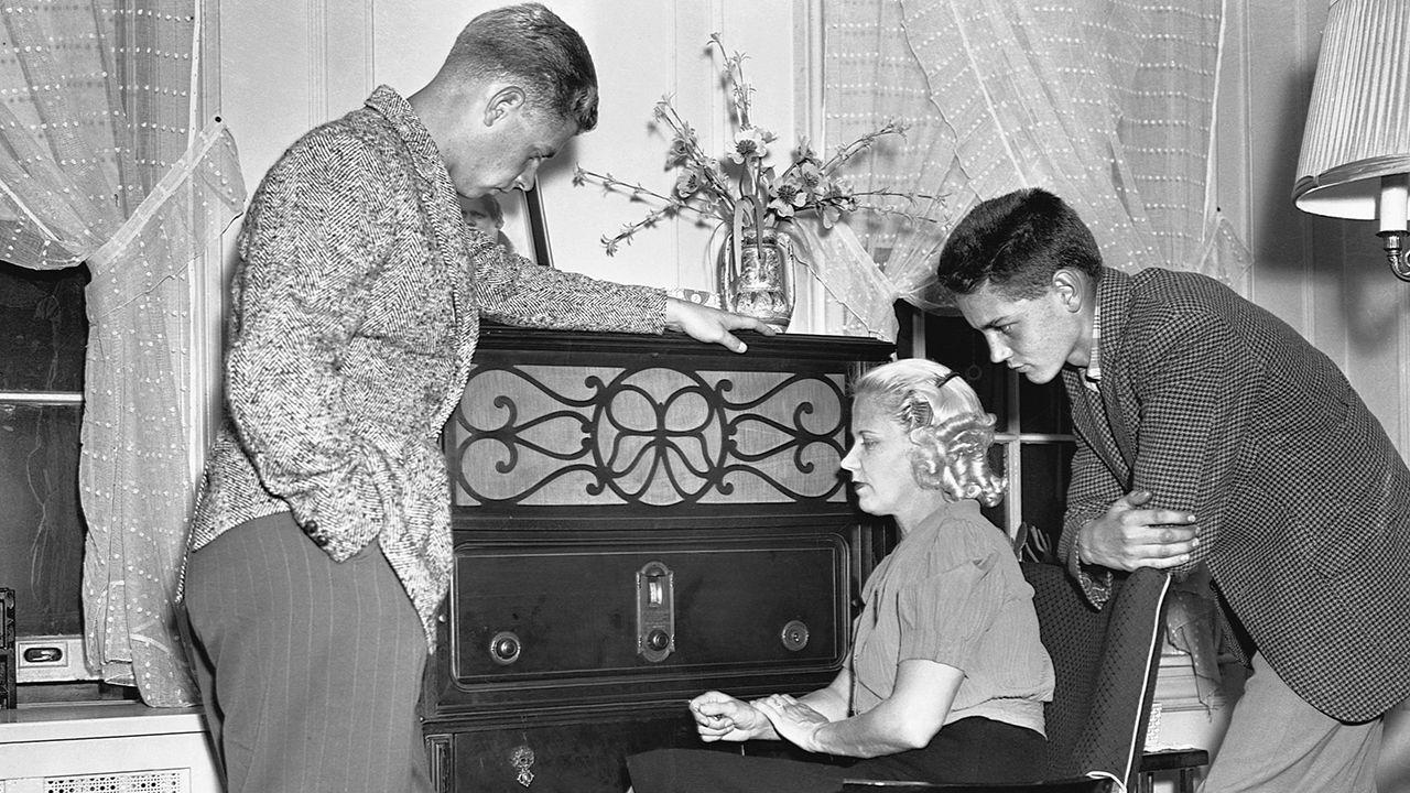 Chętnie słuchane rozgłośnie radiowe odbierały prasie dochody z reklam (fot. Getty Images)