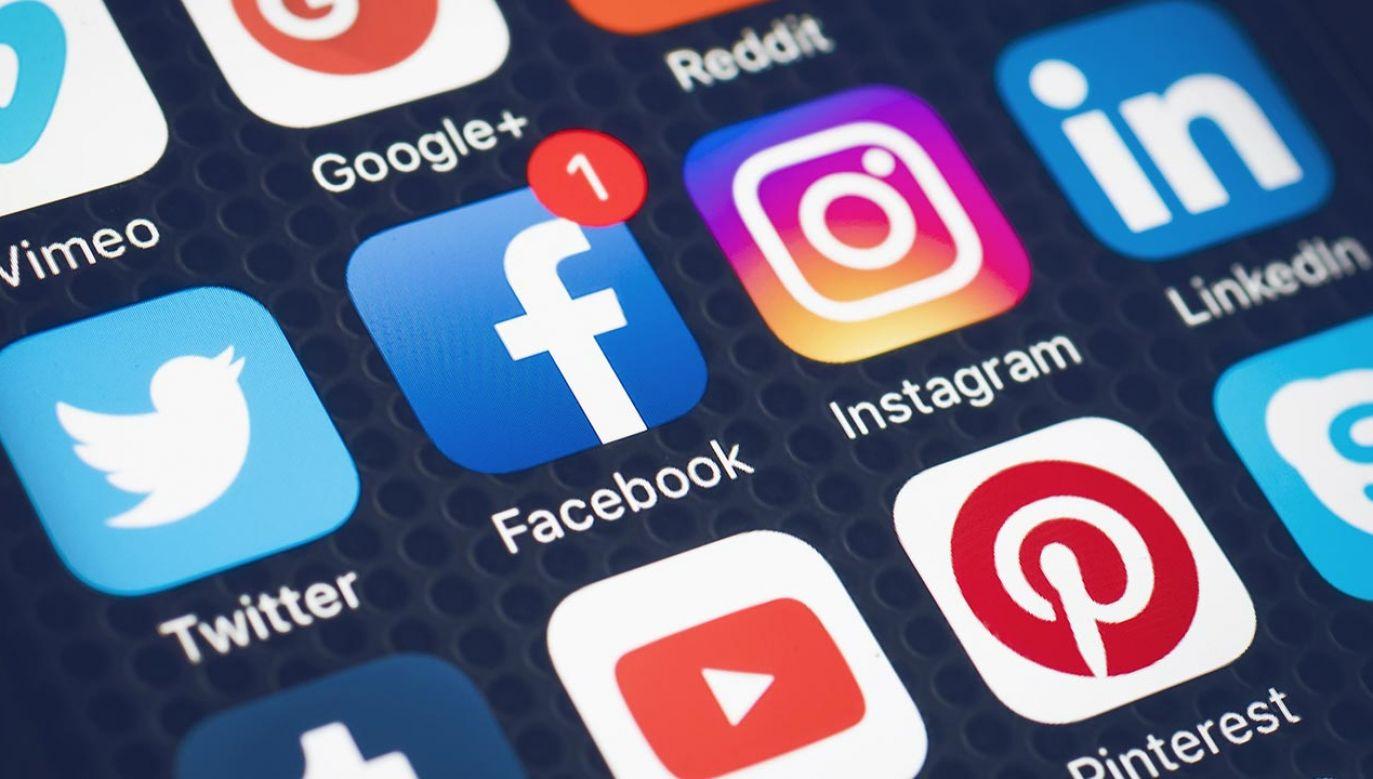 Oprogramowanie, dzięki któremu możliwe jest działanie Facebooka, uruchomione jest na serwerach w Stanach i wymaga ciągłej komunikacji i przesyłania danych (fot. Shutterstock/Twin Design)