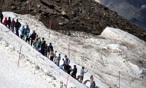 Austria, 31 lipca 2018 roku. Nieznośny upadł doskwiera mieszkańcom i turystów, spędzają więc letni dzień na pokrytym lodowcem szczycie góry Kitzsteinhorn w pobliżu Kaprun. Austriacka prognozy pogody przewidują wysokie temperatury, powyżej 35 stopni Celsjusza. Fot. PAP /EPA / CHRISTIAN BRUNA