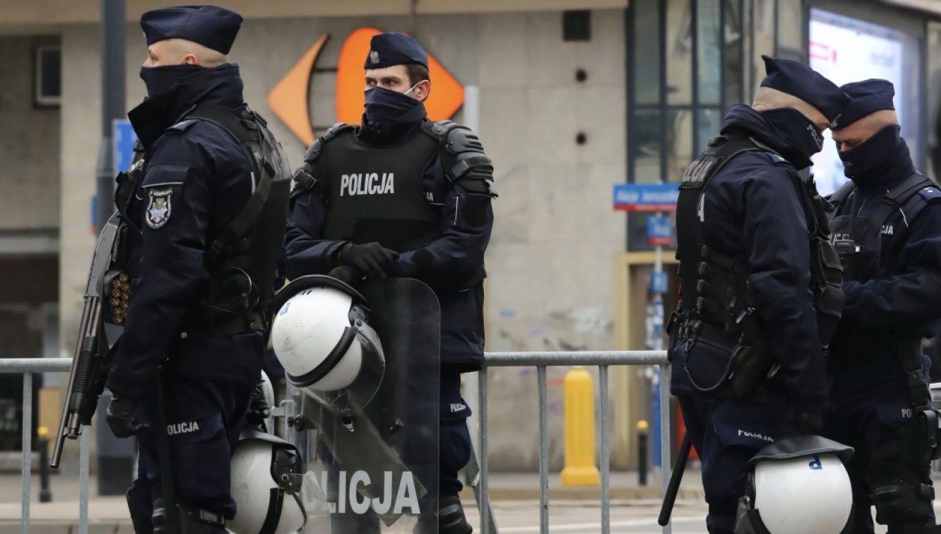 Z sondażu wynika, że 33,1 proc. osób nie ufa policji (fot. PAP/Tomasz Gzell, zdjęcie ilustracyjne)