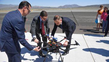 Prezydent RP Andrzej Duda (5P) obserwuje pokaz testu polskiego drona MOSUPS, stworzonego przez konsorcjum, którego liderem jest warszawski Instytut Lotnictwa (fot. PAP/Radek Pietruszka)