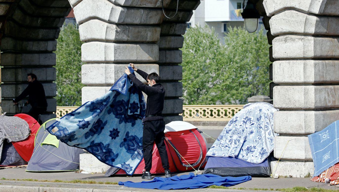 Bezdomni planują zostać do czasu uzyskania schronienia przez wszystkich obecnych  (fot. Chesnot/Getty Images)