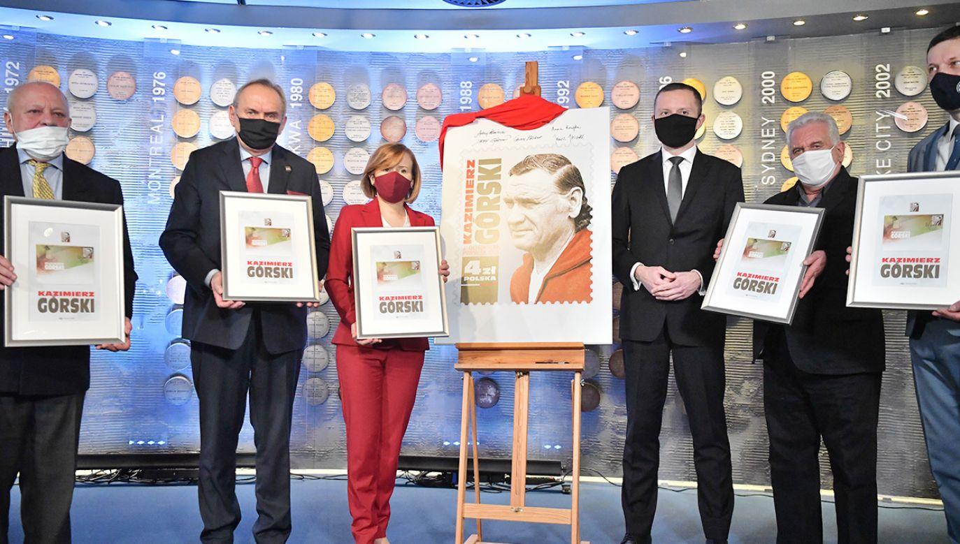 Znaczki z podobizną wybitnego trenera są od dziś w sprzedaży (fot. PAP/Piotr Nowak)