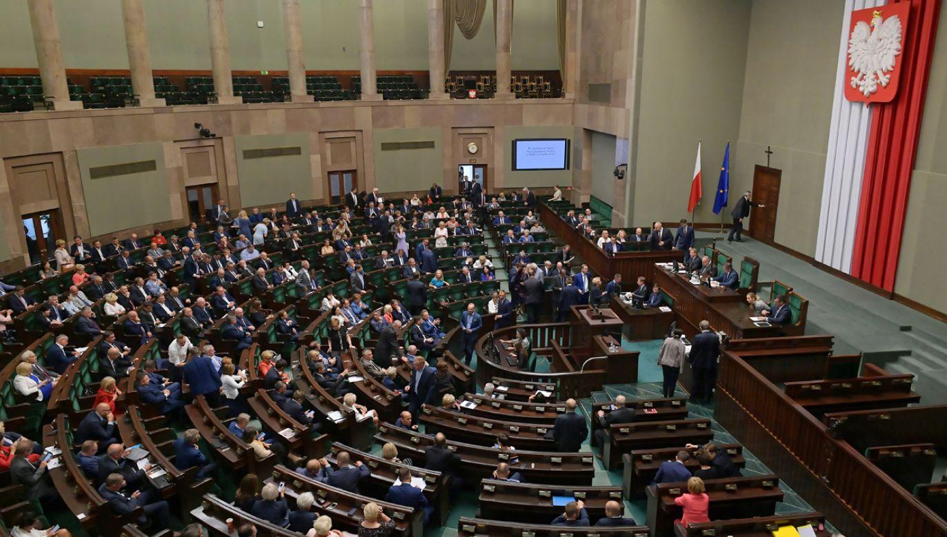 42 proc. na starcie kampanii przed wyborami do parlamentu oznacza dominację PiS – ocenia TVN24 (fot. PAP/Marcin Obara)