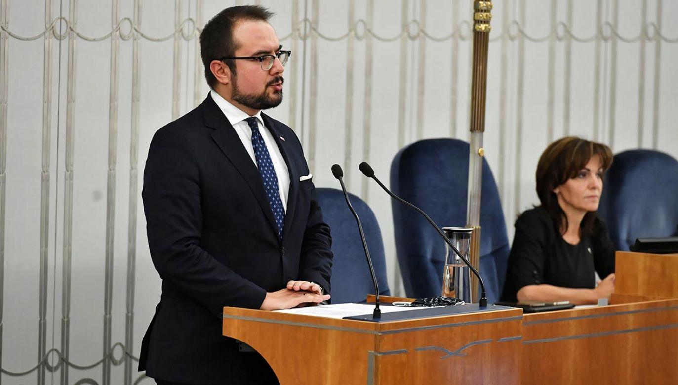 Paweł Jabłoński cytuje wystąpienia senatorów opozycji (fot. PAP/Piotr Nowak)