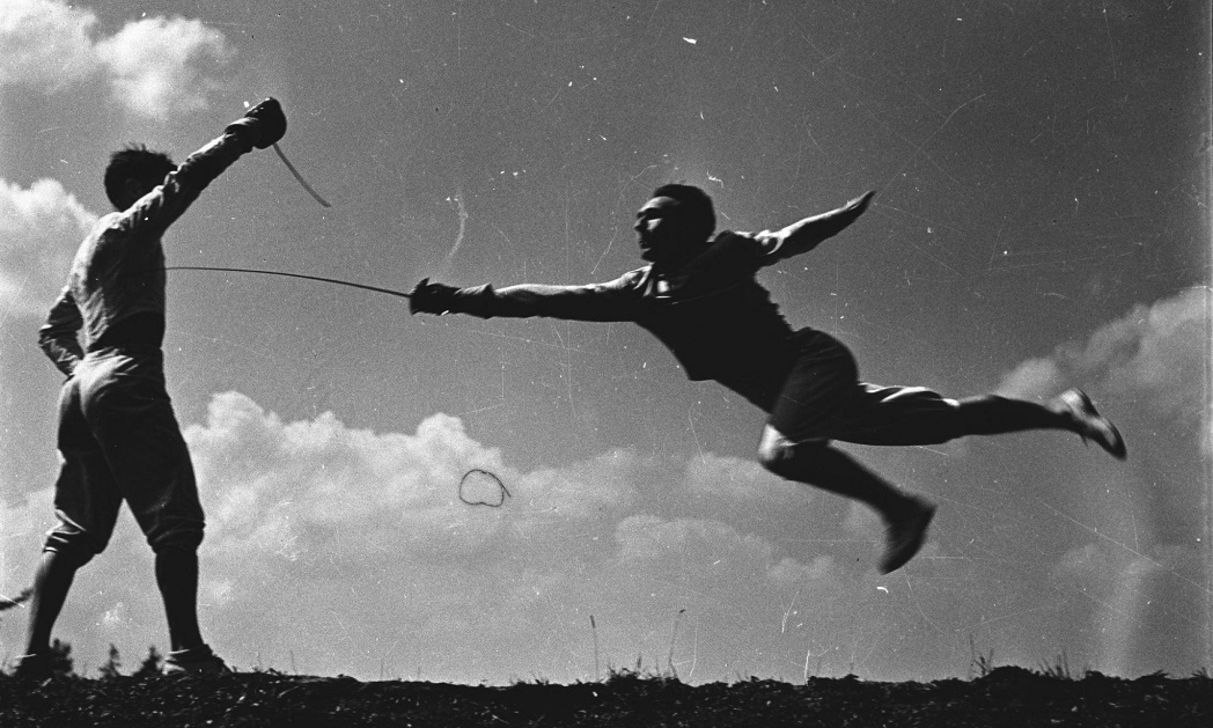 Był pięciokrotnym medalistą olimpijskim i siedmiokrotnym mistrzem świata. Nic dziwnego, skoro jego literackimi bohaterami od młodości byli Wołodyjowski, Kmicic, Skrzetuski i marzył, by zostać wielkim szermierzem, jak jego idole. No i wychował się w patriotycznej, walecznej rodzinie:  jego dziadek służył w Legionach Piłsudskiego, ojciec walczył w Armii Krajowej. Na zdjęciu szabliści: Jerzy Pawłowski (z prawej) z Wojciechem Zabłockim trenują w 1954 r. na obozie w Zakopanem. Fot. PAP/Włodzimierz Werner