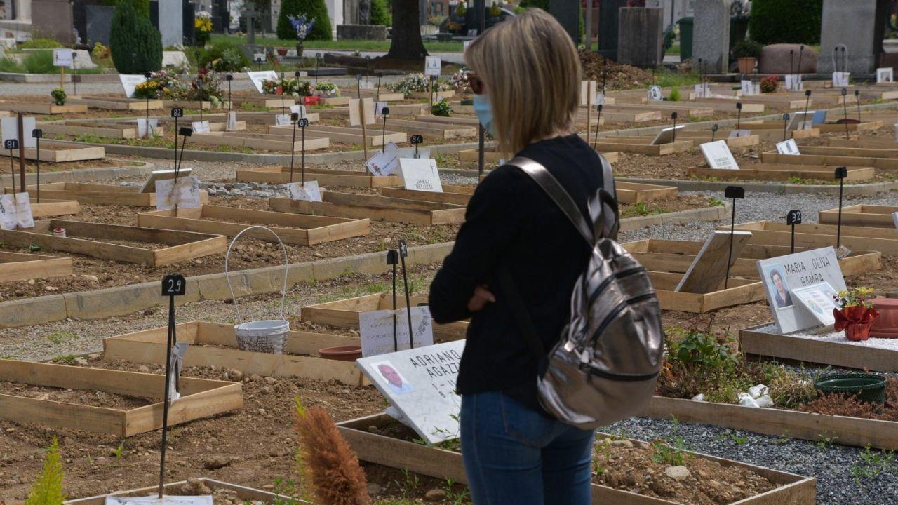 Cmentarz zmarłych na Covid-19 w Bergamo (fot. PAP/EPA/TIZIANO MANZONI)