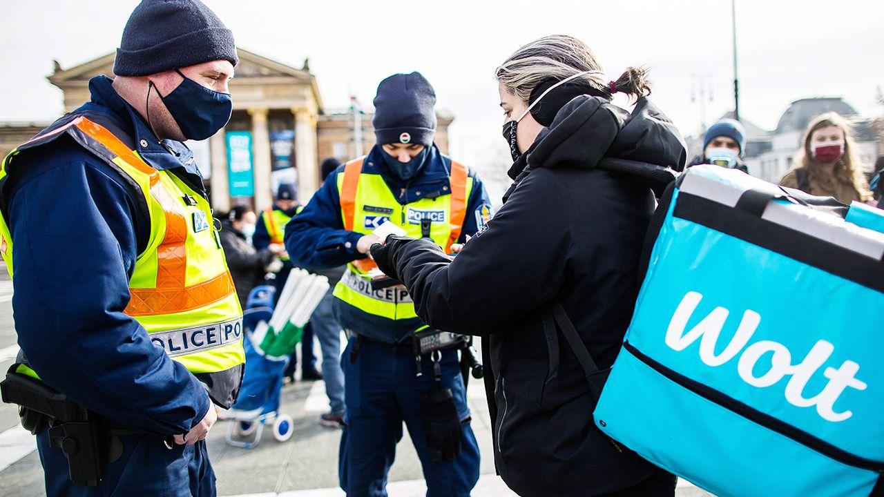 Wprowadzony zostaje m.in. nakaz noszenia maseczek ochronnych na wolnym powietrzu (fot. Arpad Kurucz/Anadolu Agency via Getty Images)
