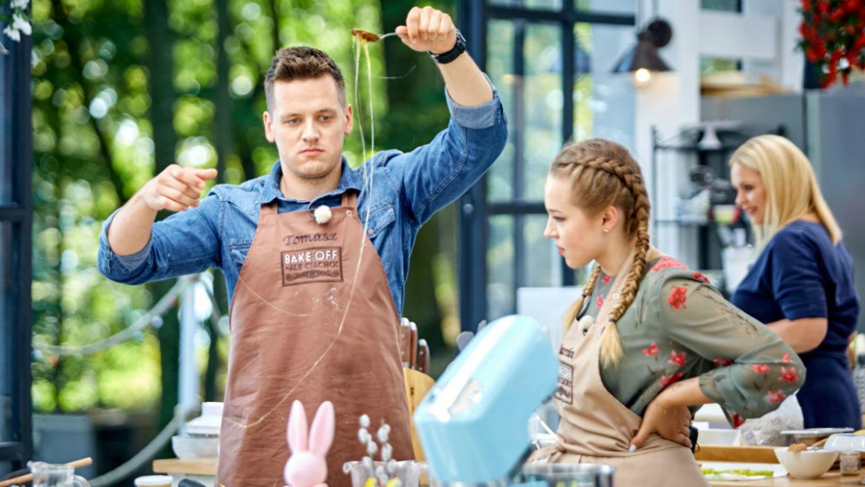 Tomek przygotowuje karmelizację do swojego sernika. Czy te karmelowe włosy to spaghetti al dente? (fot. TVP)