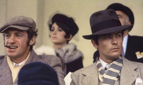"""Ich współpraca w """"Borsalino"""" zakończyła się wtedy w sądzie ze względu na dwukrotne umieszczenie na plakacie nazwiska Delona (jako aktora i jako producenta) mimo, że w umowie zapisane zostało, że nazwiska aktorów pojawią się tylko raz. Belmondo wygrał batalię sądową i otrzymał odszkodowanie. To jednak ich nie poróżniło. Na zdjęciu Jean Paul Belmondo i Alain Delon na planie filmu """"Borsalino"""" w reżyserii Jacquesa Deraya, 1970 rok. Fot.  Sunset Boulevard/Corbis via  Getty Images"""