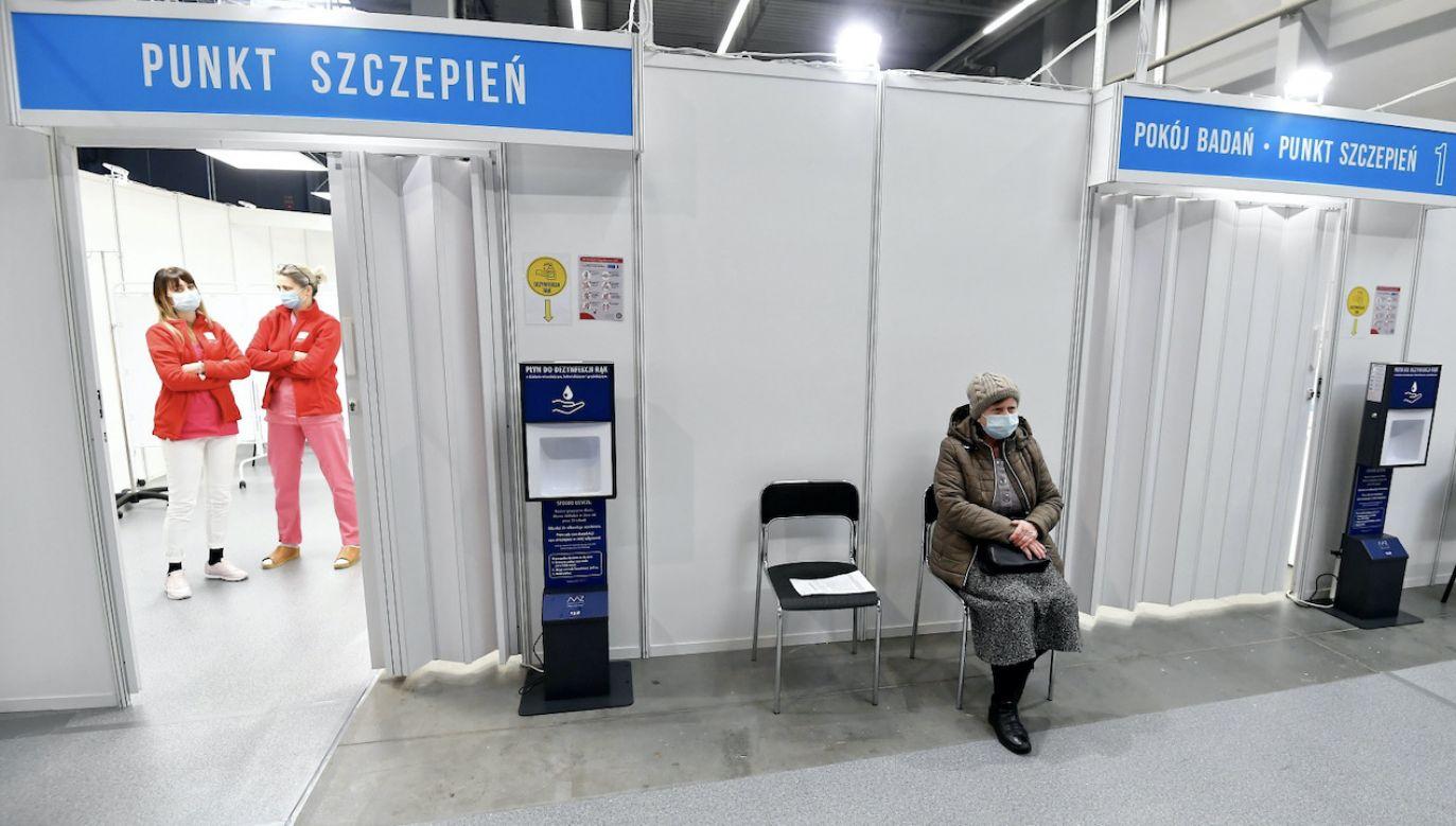 Informacja o przebytym szczepieniu będzie wprowadzana do e-Kart Szczepień (fot. PAP/P.Polak)