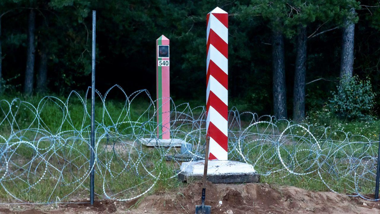 Zasieki ułożono, by chronić granicę (fot. arch.PAP/Marcin Onufryjuk)