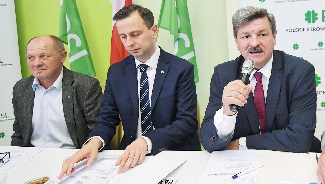 """Sawicki wyraził nadzieję, że """"wszyscy już zaczną rywalizować na programy i zabiegać o jak największą rzeszę wyborców"""" (fot. PAP/Marcin Obara)"""