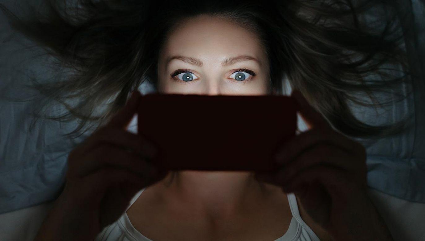Człowiek staje się sługą smartfona (fot. Shutterstock/Arsenii Palivoda)