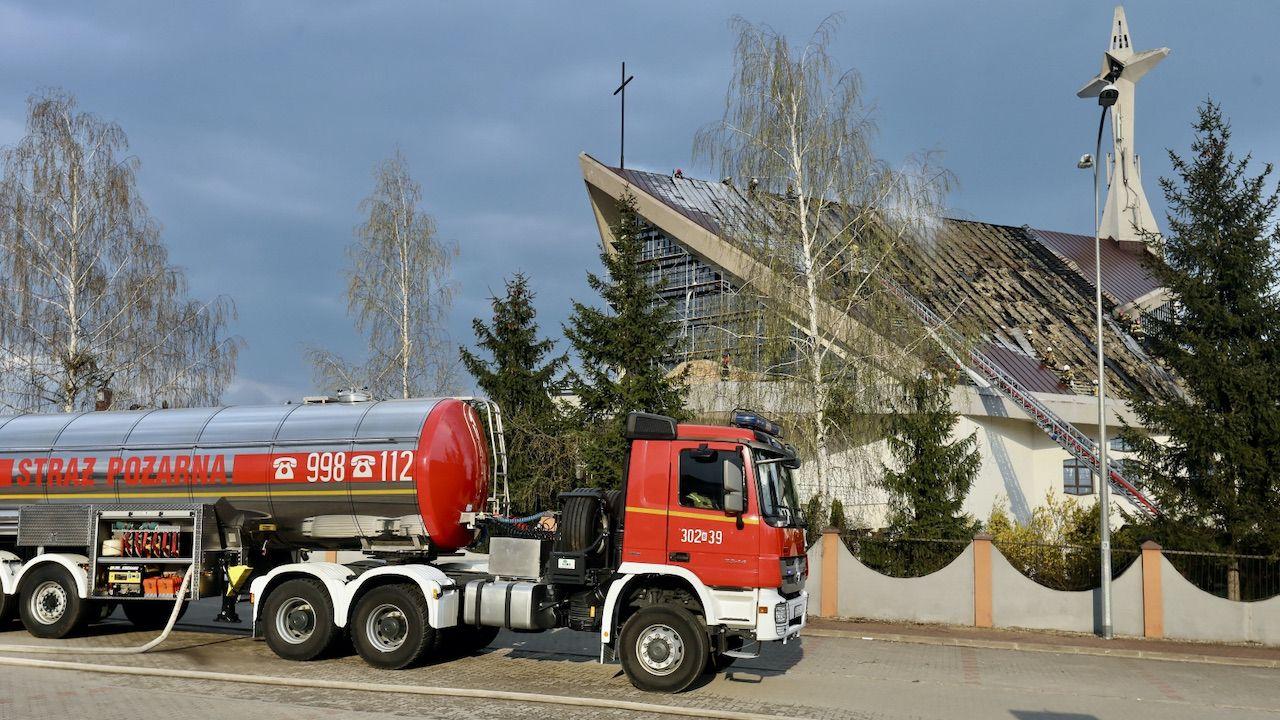Strażacy podczas gaszenia dachu kościoła pw. św. Kolbego w Białymstoku (fot. PAP/A.Reszko)
