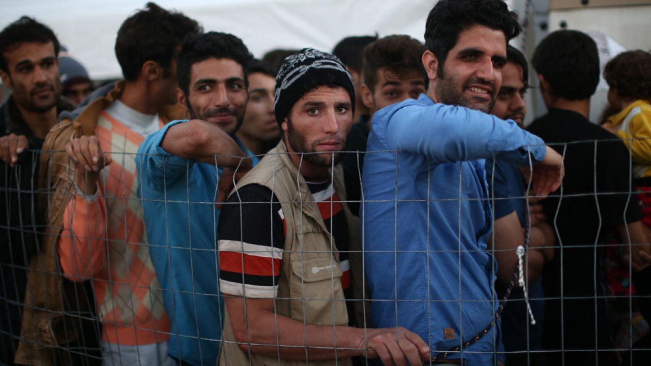 Uchodźcom odbierane są cenne przedmioty i gotówka (fot. Carl Court/Getty Images)