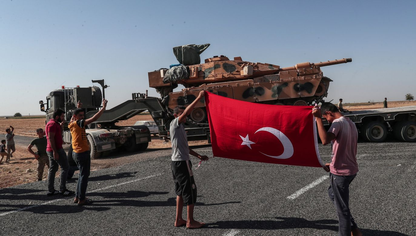 Turcja rozpoczęła w środę operację militarną w północno-wschodniej Syrii, wymierzoną w kurdyjskie milicje o nazwie Ludowe Jednostki Samoobrony  (fot. PAP/EPA/SEDAT SUNA)