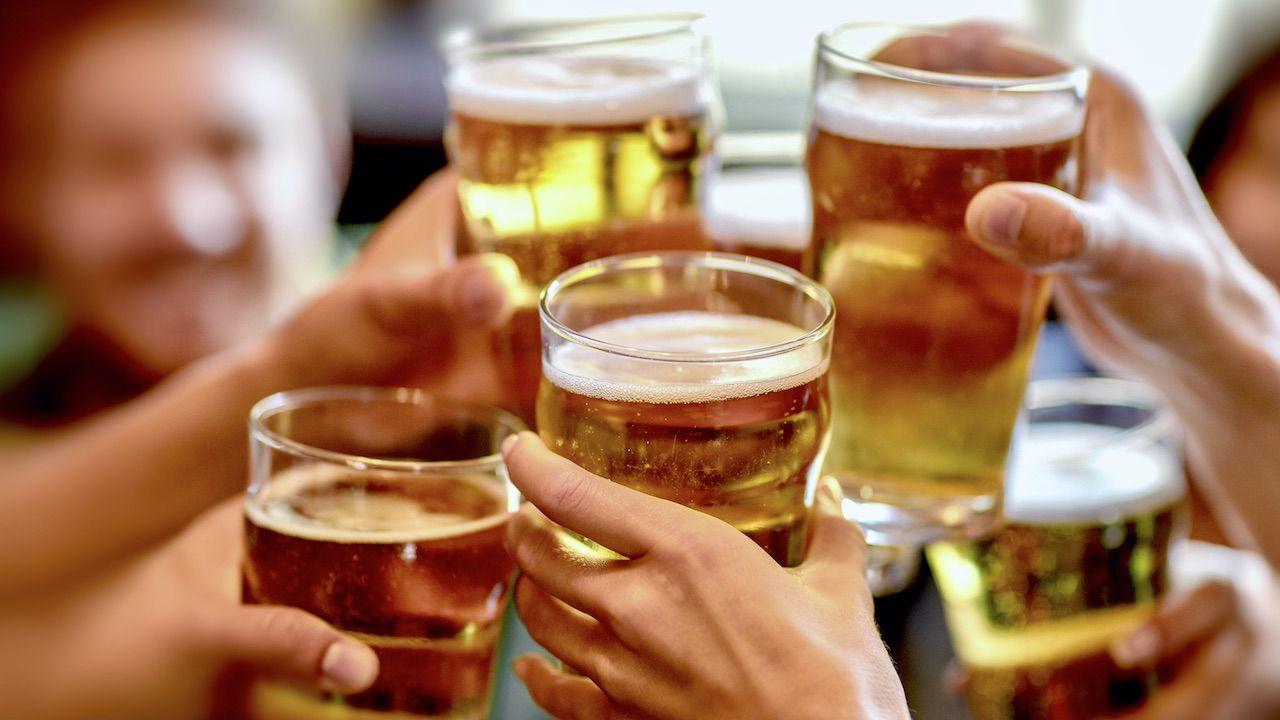 Choć piwo jest prezentowane jako napój socjalizujący, w rzeczywistości jego picie prowadzi do rozpadu relacji (fot. Shutterstock/ENZELEN)