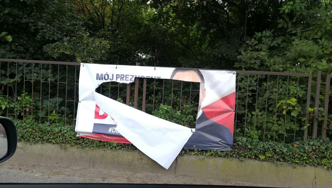 Pocięty plakat w Chomęcicach w woj. wielkopolskim (fot.Twoje Info)