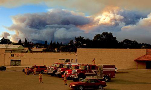 USA, 29 lipca 2018 r. Kalifornijski sprzęt pożarniczy używany w walce z River Fire, czyli częścią wielkiego skupiska pożarów Mendocino Complex Fire w Lakeport. Dwa jego ogniska – River Fire i Ranch Fire –  razem pochłonęły 22 660 hektarów, powiększając spalony teren prawie dwukrotnie od niedzieli. Ponad 10 000 osób zostało już ewakuowanych z tych terenów. Fot. PAP/EPA / ALAN SIMMONS
