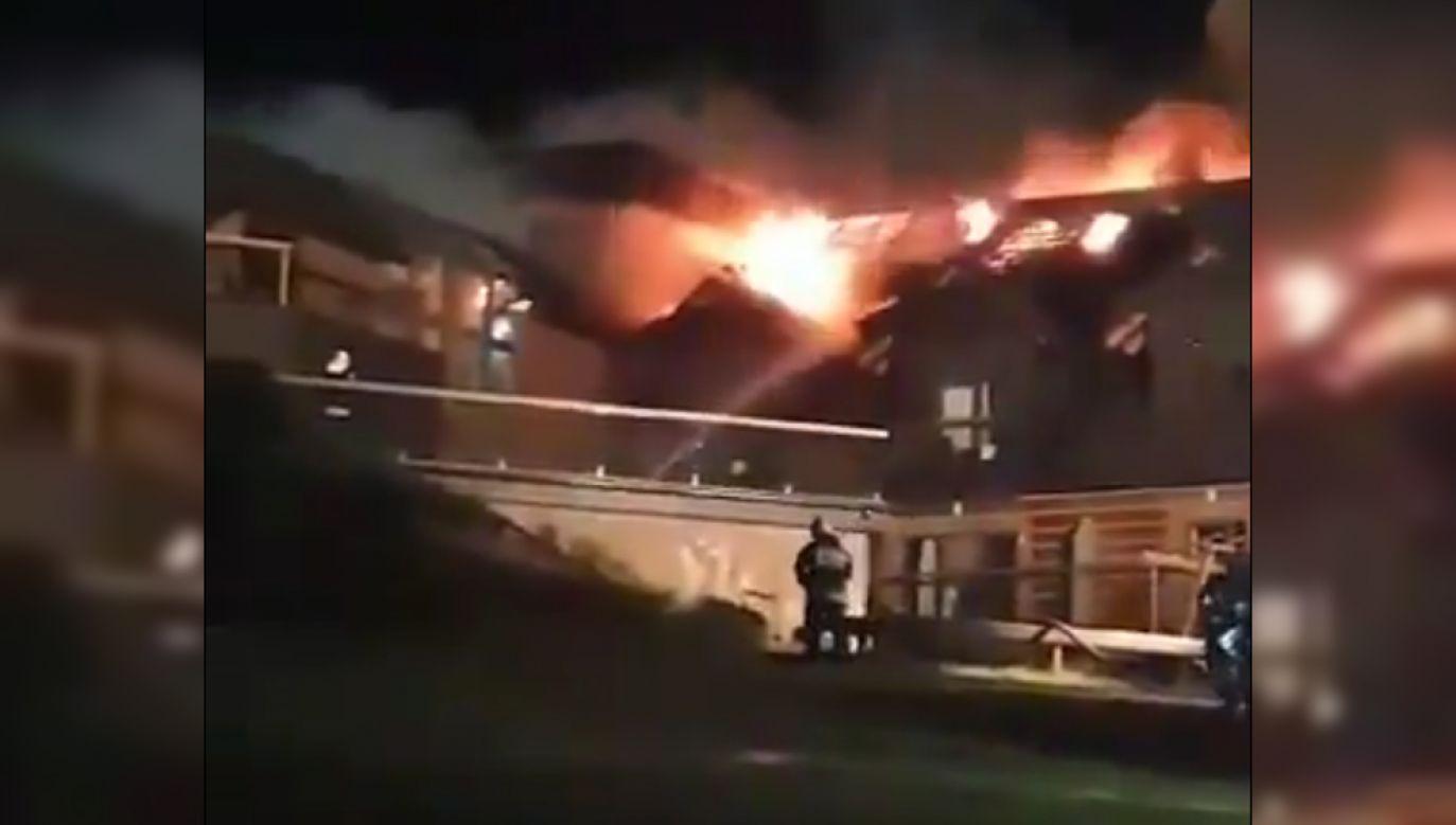 Pożar objął drugą i trzecią kondygnację hotelu (fot. Twitter/@BielskieDrogi)