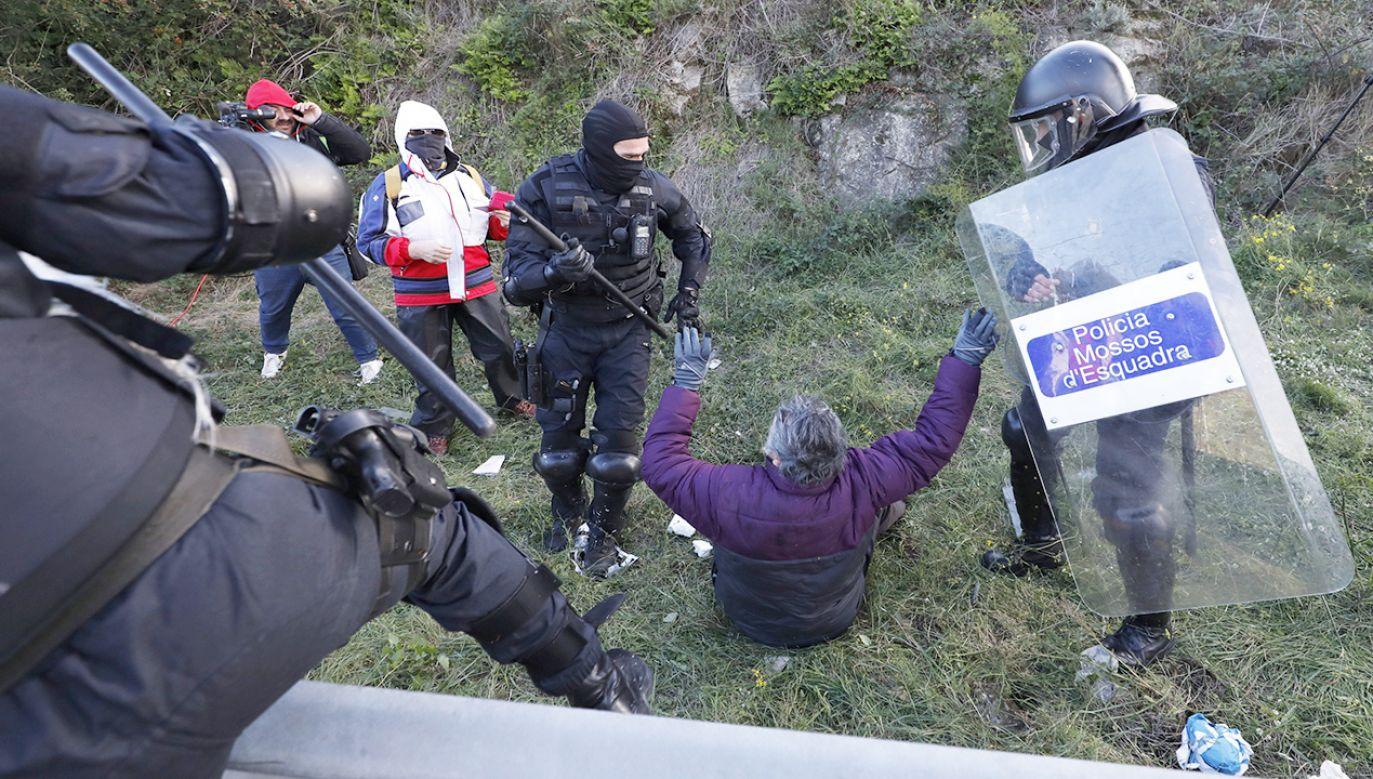 Francuska policja rozprasza manifestację na granicy między Katalonią a Francją (fot. REUTERS/Rafael Marchante)
