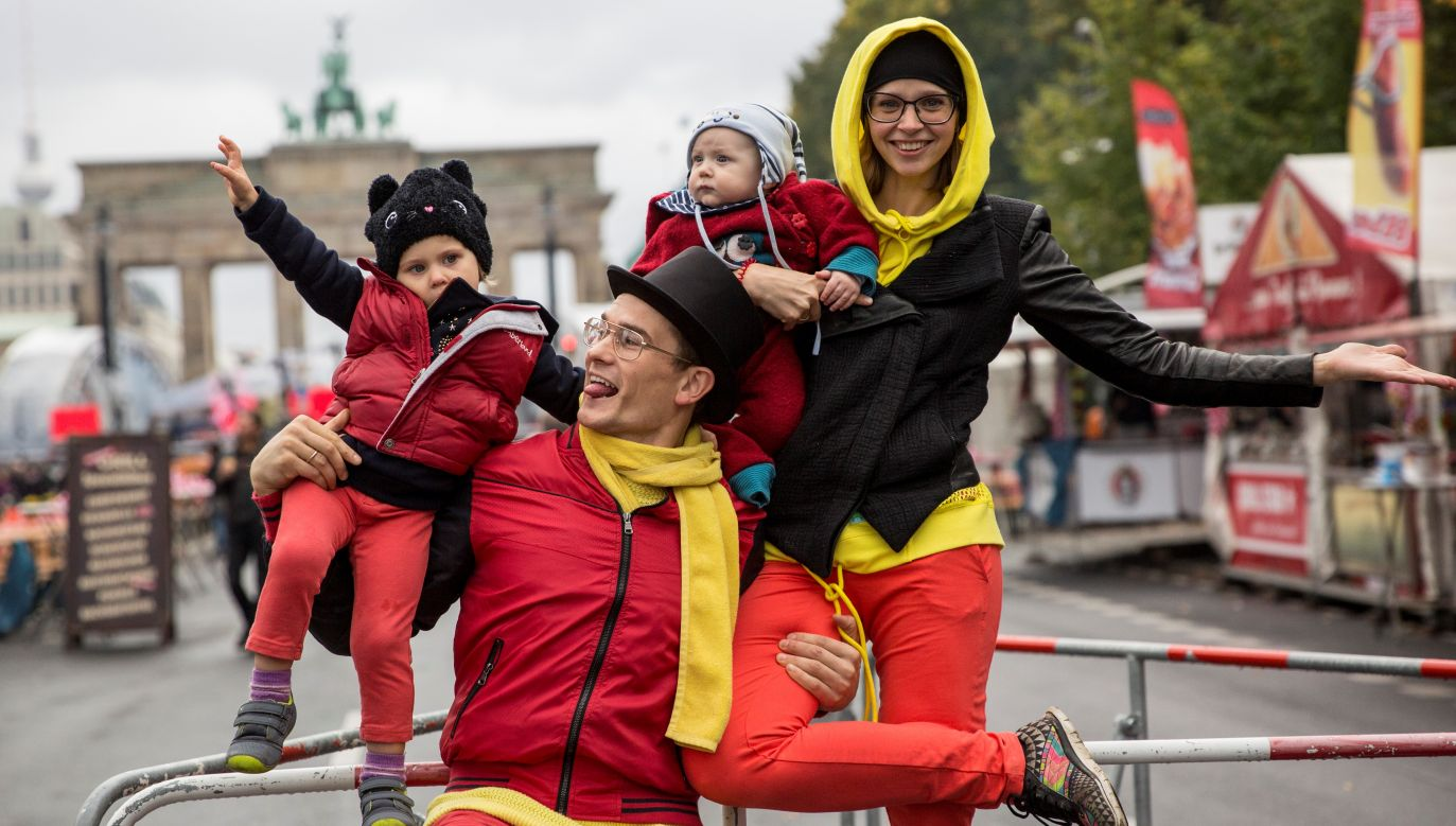 Akrobaci Berlinjohn i Berlintina i ich dzieci - wszyscy w strojach w barwach flagi RFN w pobliżu Bramy Brandenburskiej w Berlinie w Dniu Jedności Niemiec - 3 października 2017 r. Fot. Omer Messinger / Getty Images