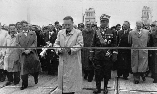 Warszawa, 22.07.1946.  Prezydent RP Bolesław Bierut dokonuje otwarcie mostu Poniatowskiego. Za nim m.in. premier Edward Osóbka-Morawski (drugi od lewej), marszałek Michał Rola-Żymierski (w mundurze), Władysław Gomułka (po prawej). Fot. PAP/CAF