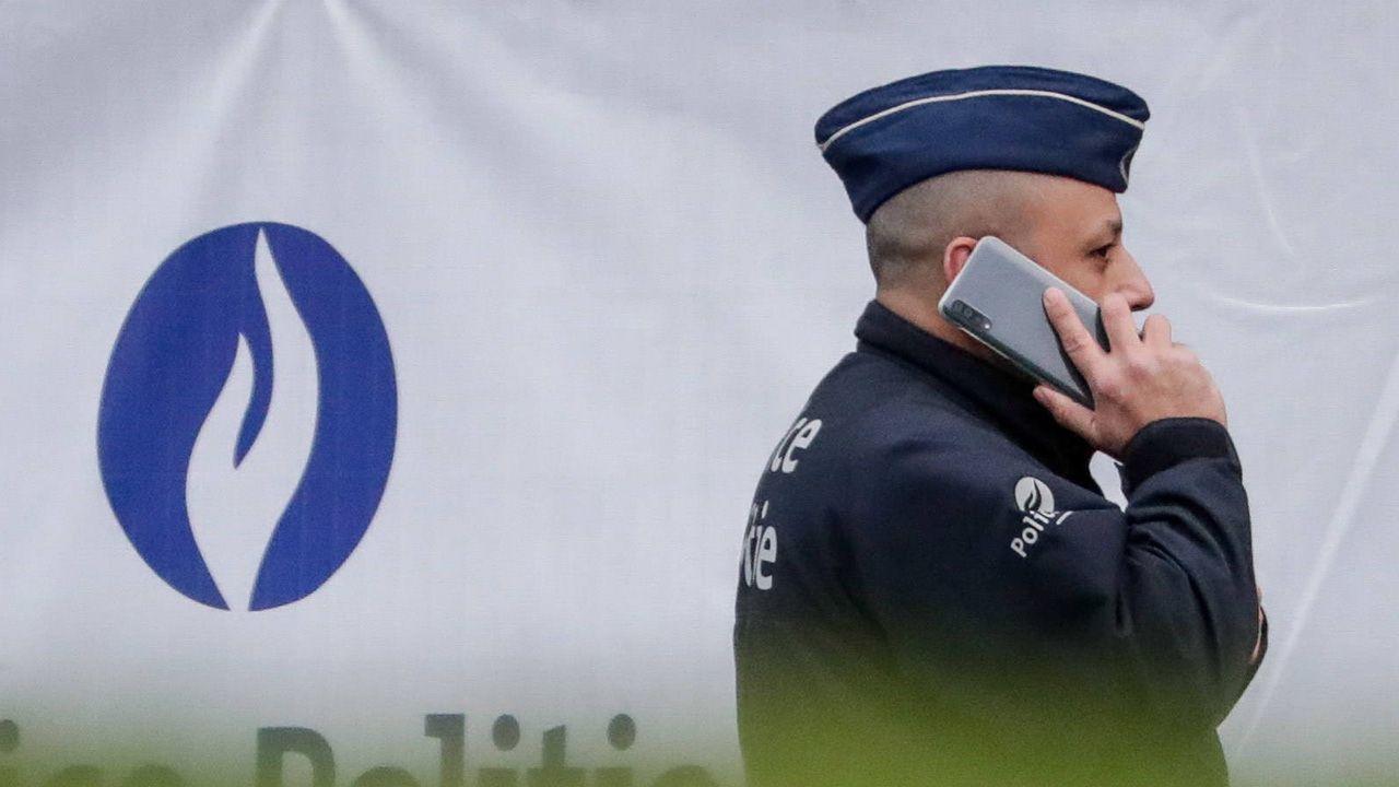 Policjanci strajkują poprzez powolne prowadzenie kontroli paszportowych, w efekcie czego tworzą się długie kolejki (fot. Shutterstock/STEPHANIE LECOCQ)