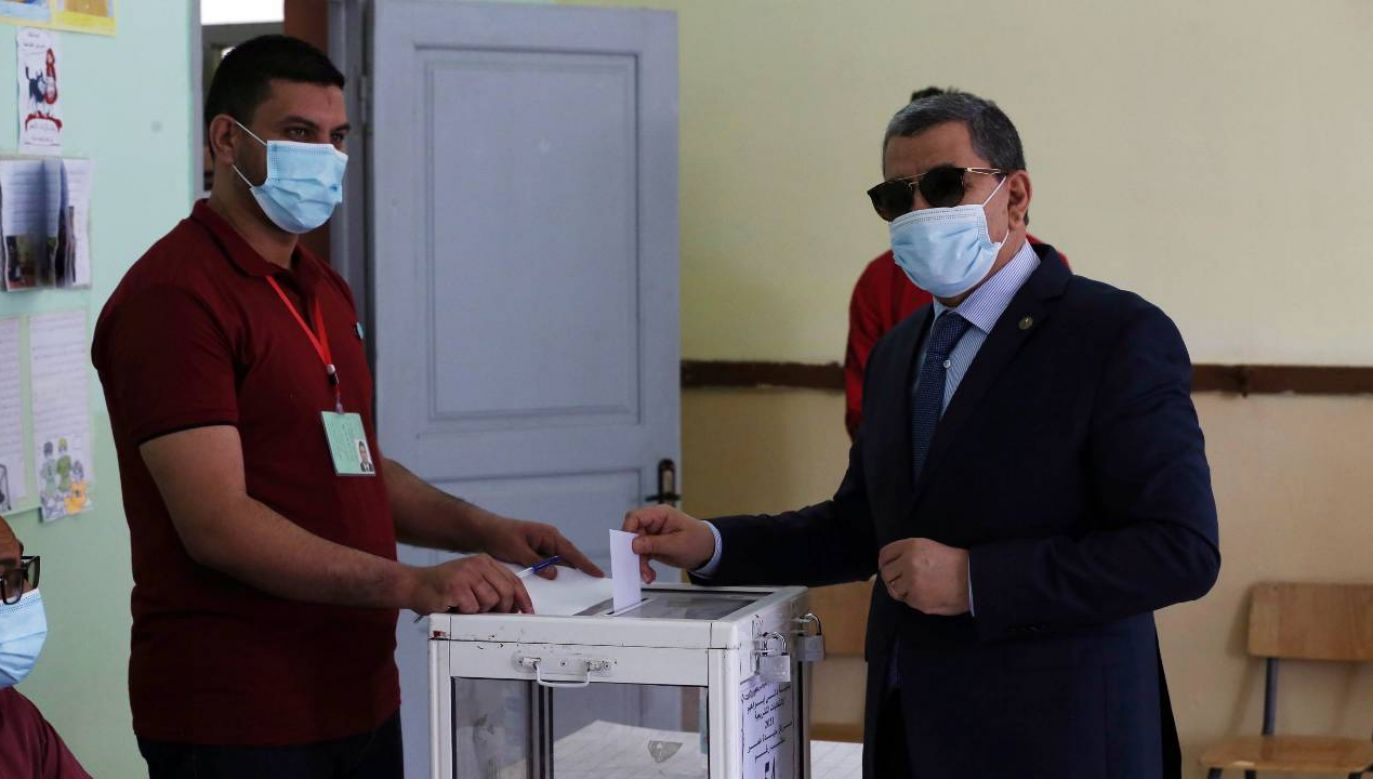 Premier Abdelaziz Djerad utrzyma władzę (fot. PAP/EPA/STRINGER)