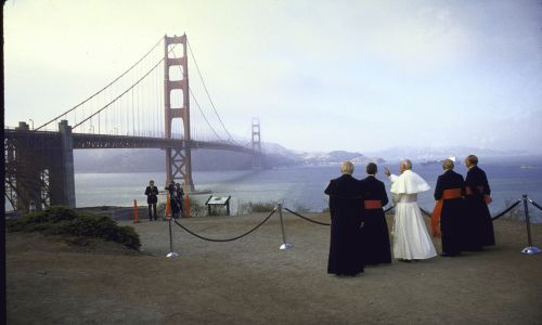 Jan Paweł II i arcybiskupi John Quinn, Pio Laghi i Eduardo Martinez przy Golden Gate Bridge. Fot. Dirck Halstead / Kolekcja LIFE Images via Getty Images