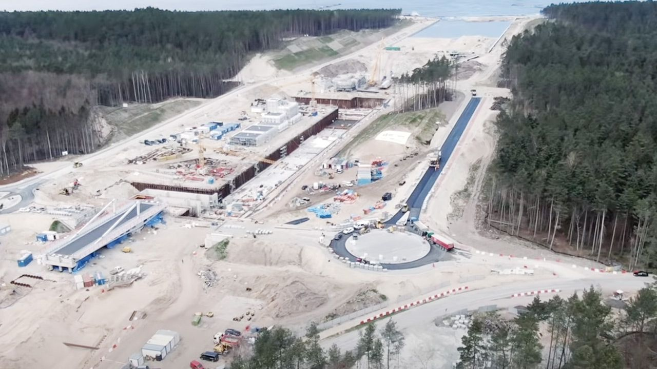 Pierwsze asfalty na budowie przekopu Mierzei Wiślanej  (fot. YouTube/Polska Morska)