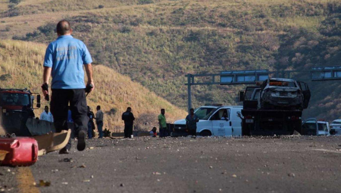 Cysterna na autostradzie uderzyła w inne pojazdy i stanęła w płomieniach (fot. PAP/EPA/Francisco Avila)