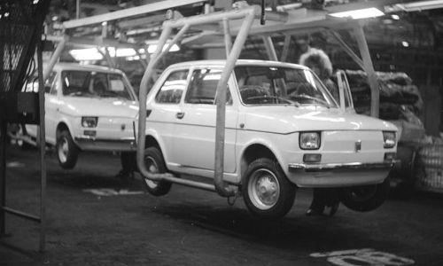 Samochody Fiat 126 na taśmie montażowej. (fot. NAC/Grażyna Rutkowska)