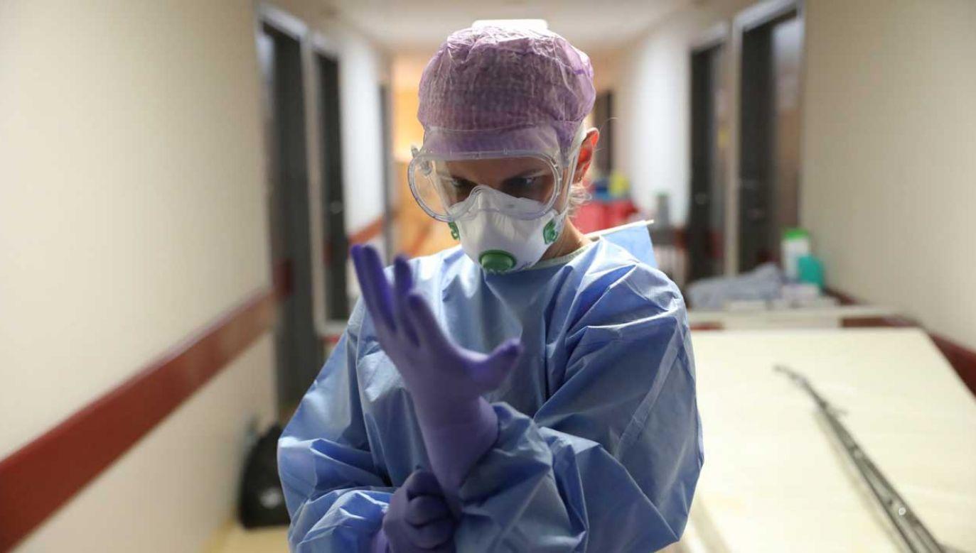 Z powodu koronawirusa pod respiratorem jest 74 chorych (fot. PAP/Leszek Szymański)