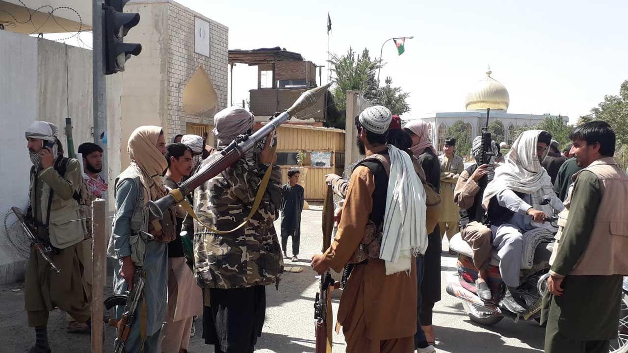 Talibowie po zajęciu stolicy kolejnej prowincji (fot.  PAP/EPA/NAWID TANHA)