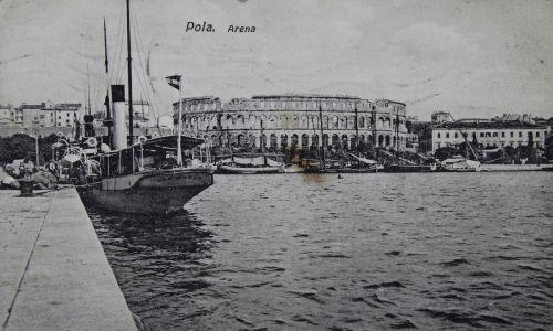 Tak było i w Puli, noszącej wówczas włoską nazwę Pola. Nie powinno to dziwić: przed końcem XVIII wieku cały region należał do Wenecji, a włoskie wpływy są bardzo widoczne, choćby w architekturze. Na zdjęciu amfiteatr i port w 1910. Fot. z austriackich archiwów/Imagno/Getty Images