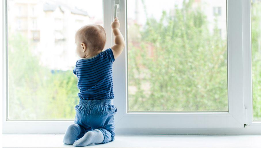Trzylatek Na Zewnętrznym Parapecie Okna Ojciec Spał Tvpinfo