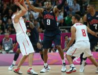 Andre Iguodala broni rzut gracza z Tunezji (fot. Getty Images)