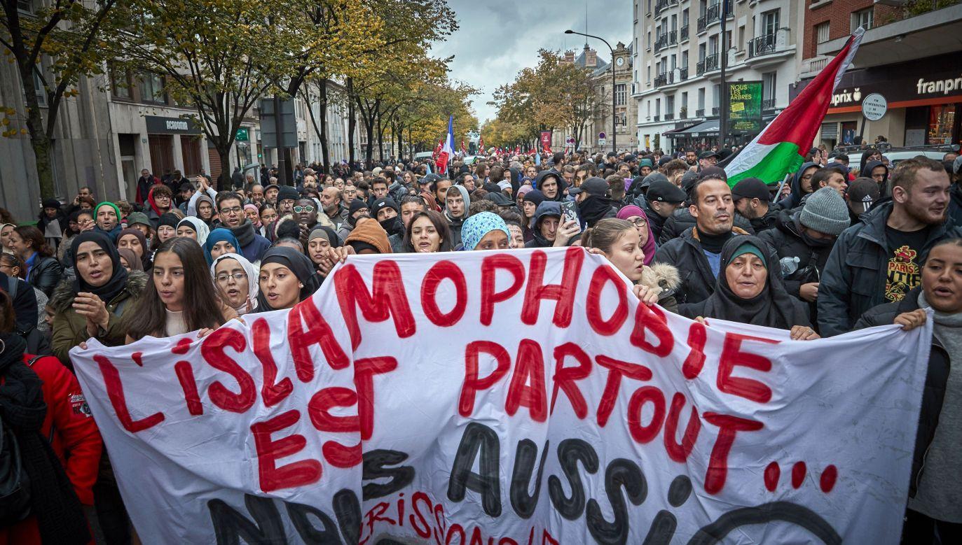 """""""Tak dla krytyki religii, nie dla nienawiści wobec wierzącego"""", """"Stop islamofobii"""" – to niektóre z haseł widniejących na transparentach (fot. Kiran Ridley/Getty Images)"""