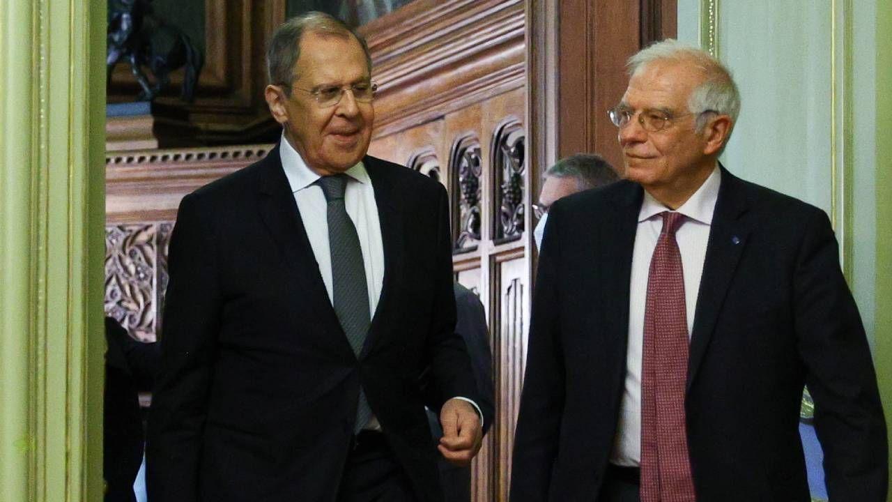 Josep Borrell (P) i Siergiej Ławrow (L) (fot. PAP/EPA/RUSSIAN FOREIGN AFFAIRS MINISTRY HANDOUT)