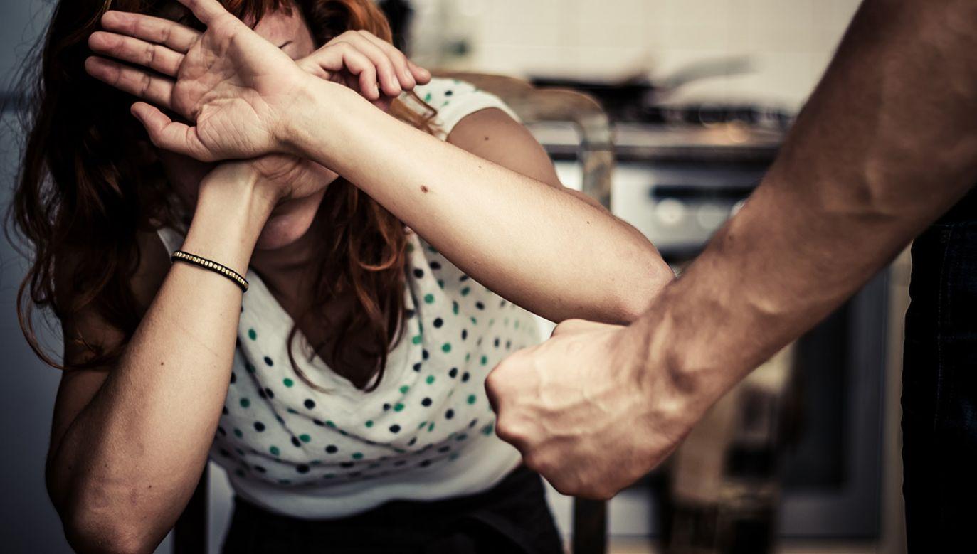 Paryż otworzy centra przyjęć dla kobiet, będących ofiarami przemocy domowej (fot. Shutterstock)