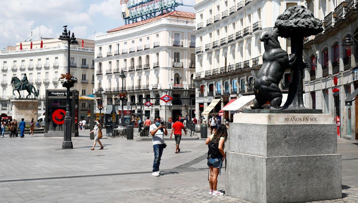 W centrum Madrytu można zamieszkać w pokoju z balkonem, z widokiem na Puerta del Sol (fot. Reuters/Javier Barbancho)