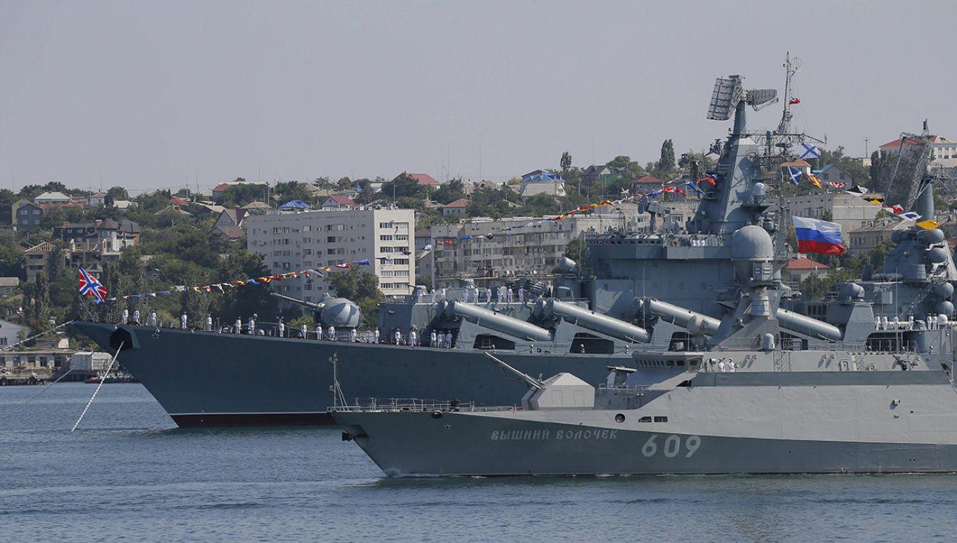 Elementem ćwiczeń okrętów było także strzelanie artyleryjskie do celów imitujących okręty przeciwnika  (fot. PAP/EPA/EKATERINA SHTUKINA/ GOVERNMENTAL PRESS SERVICE POOL MANDATORY CREDIT/SPUTNIK)