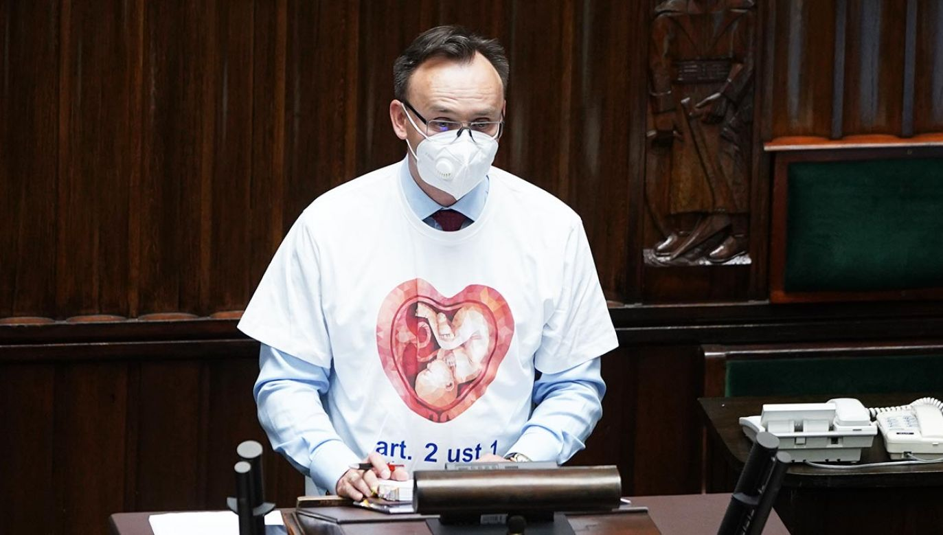Rzecznik Praw Dziecka Mikołaj Pawlak oburzył posłanki KO koszulką (fot. Forum/Mateusz Wlodarczyk)