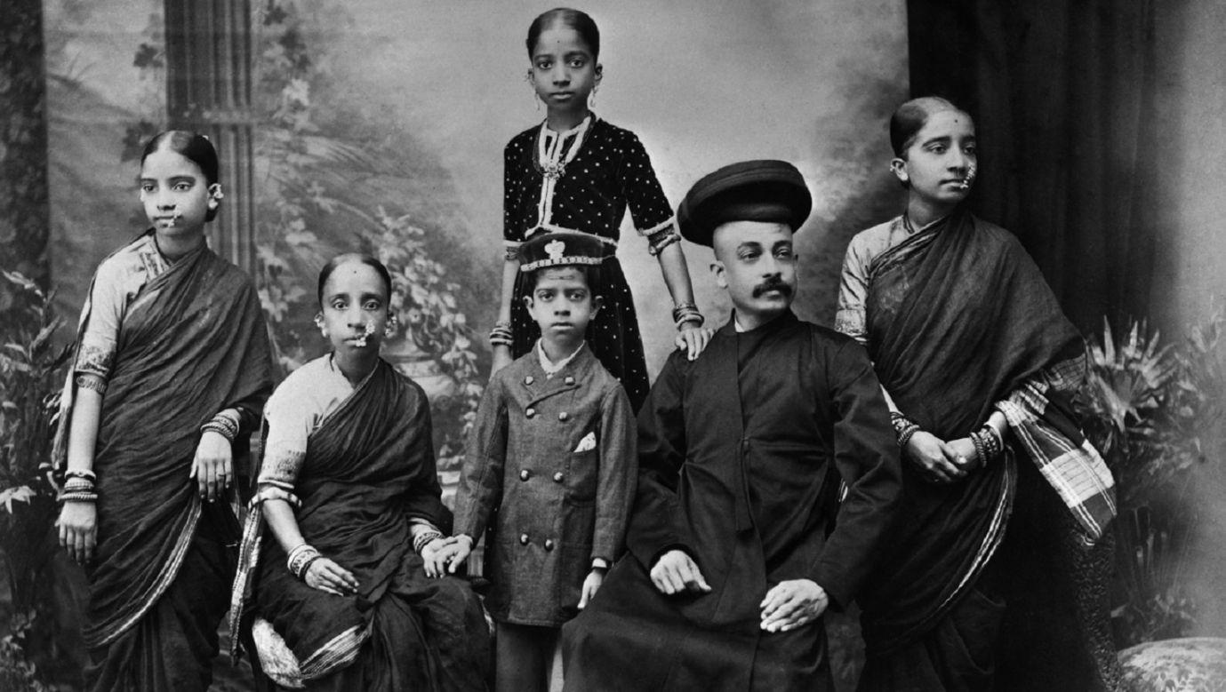 Bramini, XIX - początek XX wieku. To najwyższa w Indiach warna, czyli klasa kapłańska, dzieląca się na liczne kasty; do dziś  zawierają małżeństwa tylko w obrębie warny, a niegdyś nawet w obrębie kast tejże. Fot. Hulton-Deutsch Collection/CORBIS/Corbis via Getty Images