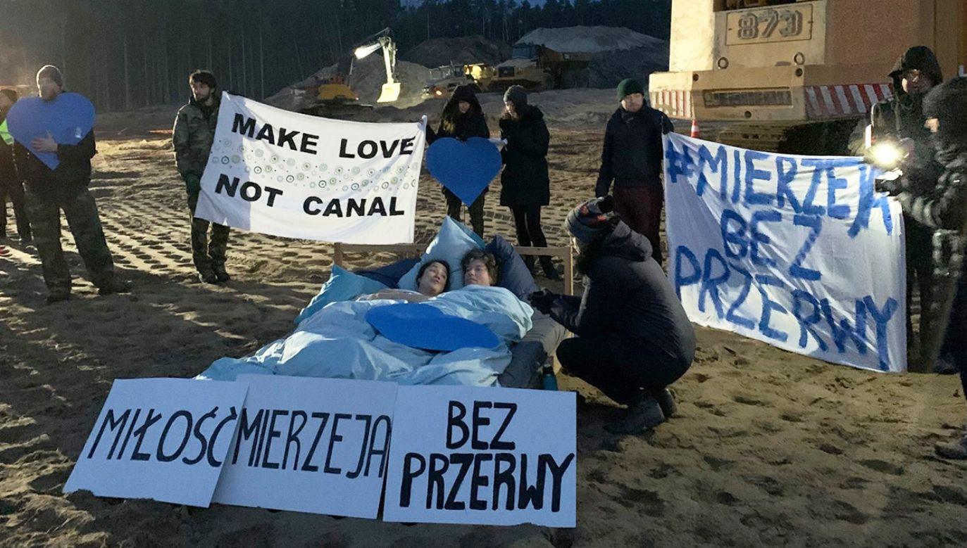 """Protestujący trzymali transparenty """"Make love, not canal"""" oraz """"Miłość Mierzeja, bez przerwy"""" (fot. FB/Obóz dla Mierzei Wiślanej)"""